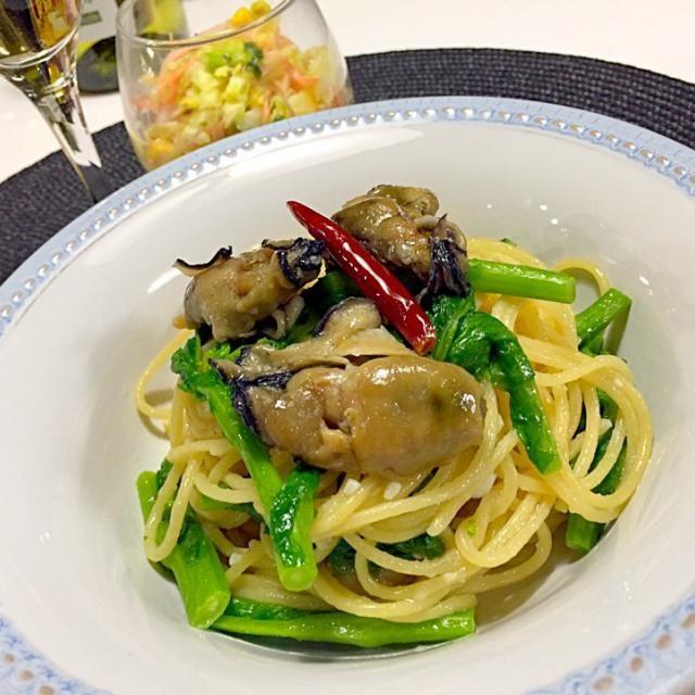 今日の晩ご飯は、 菜の花と燻製牡蠣のペペロンチーノに、キャベツ、人参、ハム、コーンのカレー風味のコールスローサラダ。 クミンシードも入れちゃってー! 時間ない日はパスタに限る!w (´⊙∀⊙`) - 111件のもぐもぐ - 菜の花と燻製牡蠣のペペロンチーノ by taepyonpyon