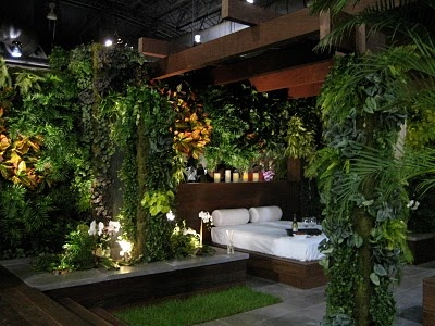 A tropical outdoor bedroom... How romantic is this?