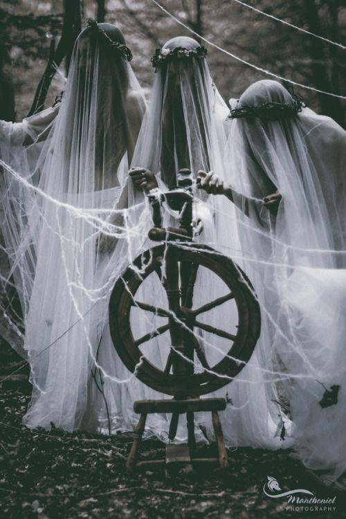 Die Nornen sind in der nordischen Mythologie schicksalsbestimmende weibliche Wesen. Drei Schicksalsfrauen heißen Urd (Schicksal), Verdandi (das Werdende) und Skuld (Schuld; das, was sein soll) . Sie sind die Personifikationen der Vergangenheit, Gegenwart & Zukunft. Nach der Völuspá wohnen sie an der Wurzel der Weltenesche Yggdrasil an der Urdquelle, der Quelle des Schicksals
