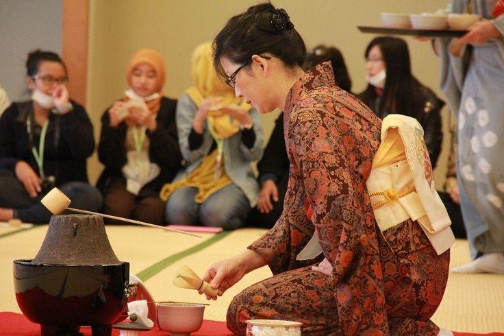 MENGENAL UPACARA MINUM TEH MINE SOMI KUBOSE | ARTFORIA.COM  Seni Budaya Jepang – Acara minum teh menjadi salah satu budaya negara Jepang yang mendunia pada saat ini, hampir kebanyakan para turis yang berkunjung ke negeri sakura ini mencoba acara minum teh yang biasanya dimasukan kedalam salah satu schedule travel mereka. Acara minum teh sendiri memiliki sejarah yang cukup besar bagi masyarakat Jepang, dengan nama asli Mine Somi Kubose aktivitas masih sering dilakukan sampai sekarang dan…
