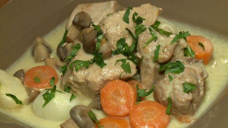 Ingrédients :- 1,5 kg de veau - carottes, poireau, céleri- 1 L de bouillon de veau - 150 g de champignons - 10 navets nouveaux- 100 g de beurre - 30 g de farine - 80 g de crème - 1 jaune d'œuf Préparation :- Dans une casserole, faire fondre le beurre et faire revenir les morceaux de viande, sans la faire dorer. - Ajouter du bouillon avant de détailler la carotte et le poireau. - Incorporer les légumes dans la préparation avec un bouquet garni et un oignon. - Laisser cuire pendant 1h15…