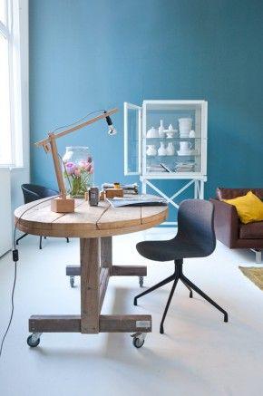 muur blauw vloer wit tafel hout topcombi voor werkkamer kopie vt wonen