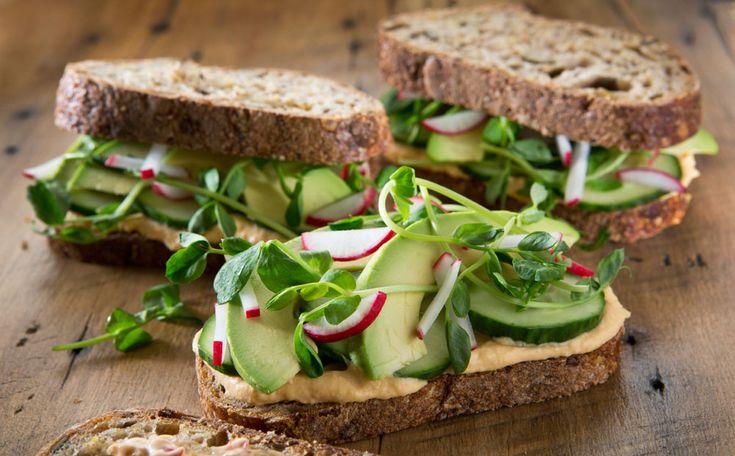Het Voedingscentrum adviseert in de vernieuwde Schijf van Vijf volwassenen dagelijks 250 gram groenten te eten: 50 gram meer dan voorheen aanbevolen werd. Daarnaast heb je elke dag twee porties fruit nodig. Hoe krijg je gemakkelijk wat meer groente en fruit binnen? Zeven tips.