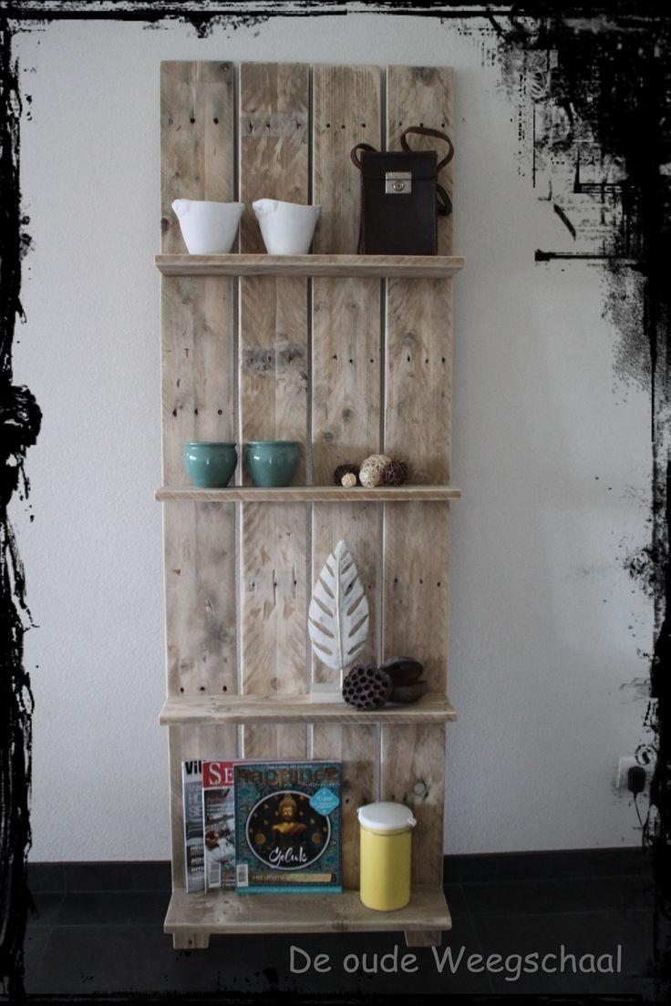Mooi zelfgemaakt wandrek gemaakt van pallethout. 190x 60 cm