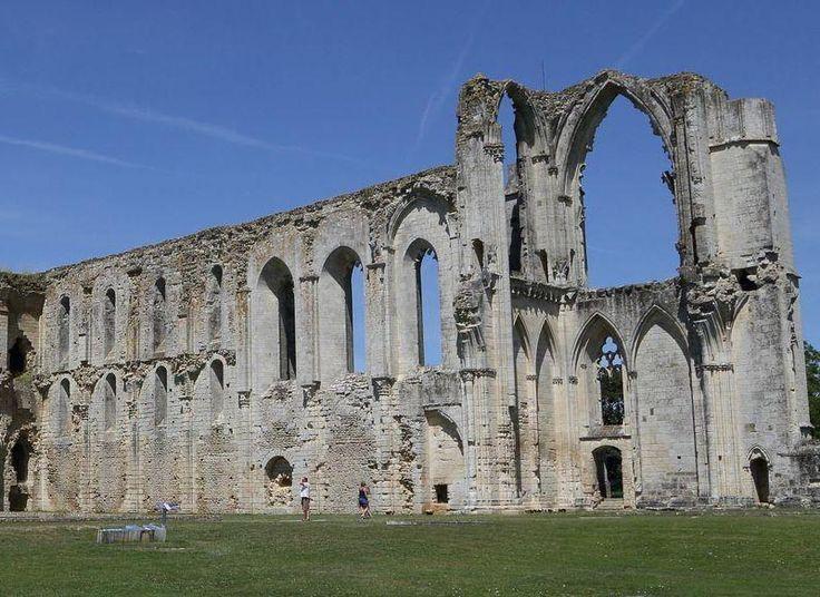 L'île de  Maillezais a abrité au fil du temps, une forteresse ducale (vers 970), une abbaye clunisienne (1058), une cathédrale (1317) puis une place de sûreté protestante (1598). De quoi marquer le paysage architectural local!