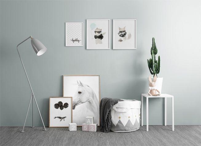 Inspiration till tavelvägg / tavelcollage i ett barnrum med ljusblå vägg. Söta tavlor med djur i vita ramar i turkos / ljusblå färgton. Desenio.com
