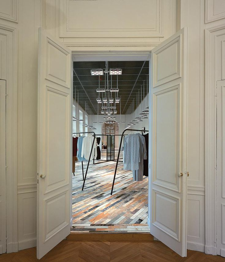 The flooring of the showroom incorporates 12 types of marble.