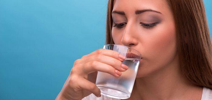 Voici pourquoi vous ne devriez pas boire de l'eau glacée Lorsque je mange au restaurant, je demande toujours au serveur de l'eau sans glace