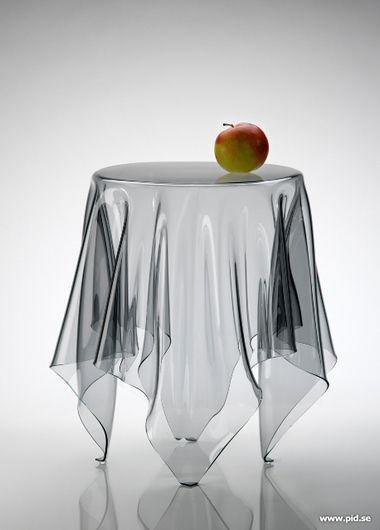 Table Illusion - John Brauer C'est une table en forme de nappe pour laisser croire que celle ci tient toute seule sans table.