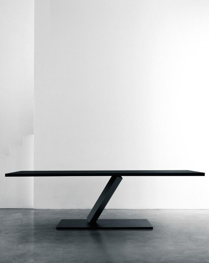 Leverancier: DESALTO, MODEL ELEMENT. . De nieuwe tafel is te krijgen in glas, hout fineer, lak en onbewerkt ijzer.