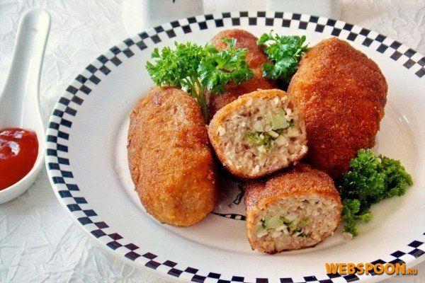 ..Более сытный вариант для любителей мясных блюд — это мясные зразы с грибами. Их можно назвать классическими, ведь изначально зразы делались из говядины. Для приготовления этого блюда мы возьмем:..600 г говядины.400 г шампиньонов.90 г пшени...