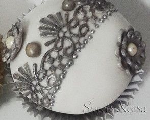 Cupcake Renda Prata Renda de açúcar, pérolas e fondant deixam esse cupcake super especial.