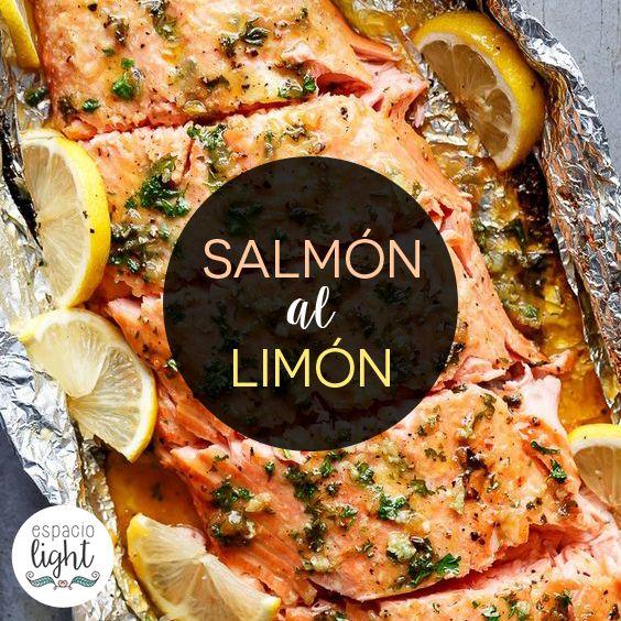 """Papillote de salmón al limón. Sobre una asadera colocar una hoja bien grande de papel aluminio apenas aceitada. Colocar por encima el trozo de salmón con la piel hacia abajo y condimentar muy bien con perejil picado, sal, pimienta y limón. Dejar rodajitas adicionales de limón a los lados y cerrar el papel de aluminio formando un """"paquete"""". Llevar a horno o parrilla a temperatura moderada. Una vez pronto agregar más limón y perejil picado!"""