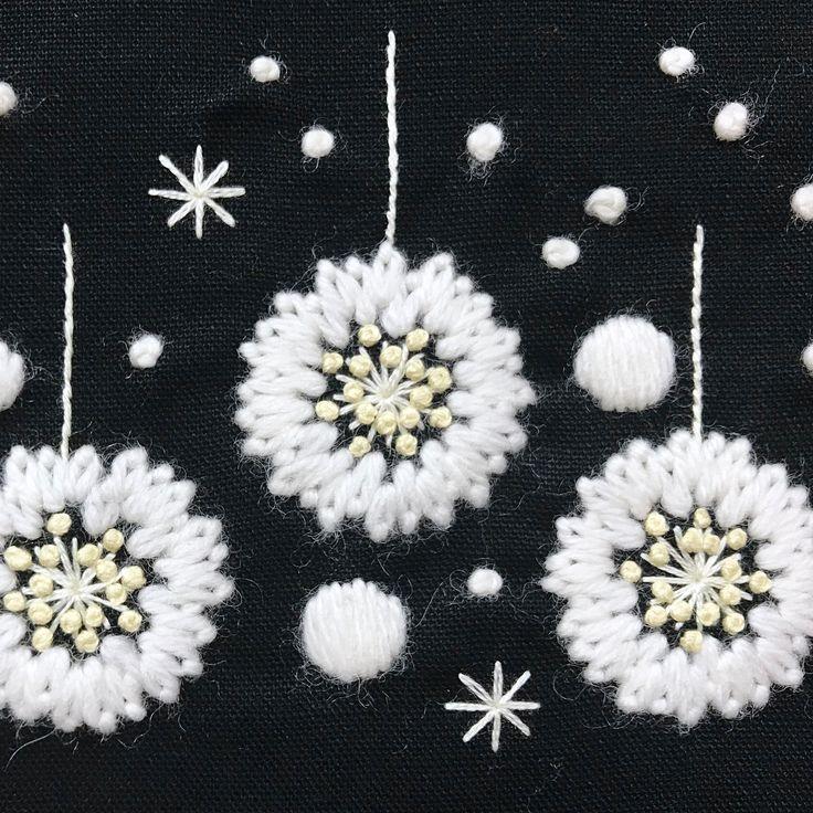白いダリアをモチーフに、雪降る夜のガーランド。 がま口からの新しいアイデア。 * * * #植物好き #植物モチーフ #植物のあるくらし #植物刺繍#刺繍好き #ハンドメイドが好き #手しごと #ガーデナーの手しごと #handmade #needlwork #embroidery #handembroidery #ウール刺繍 #クリスマス限定 #クリスマスギフト #白いダリア