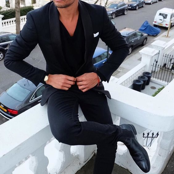 Acheter la tenue sur Lookastic: https://lookastic.fr/mode-homme/tenues/costume-pull-a-col-en-v-bottines-chelsea/19255   — Costume bleu marine  — Pull à col en v noir  — Pochette de costume blanc  — Montre en cuir noir  — Bottines chelsea en cuir noires