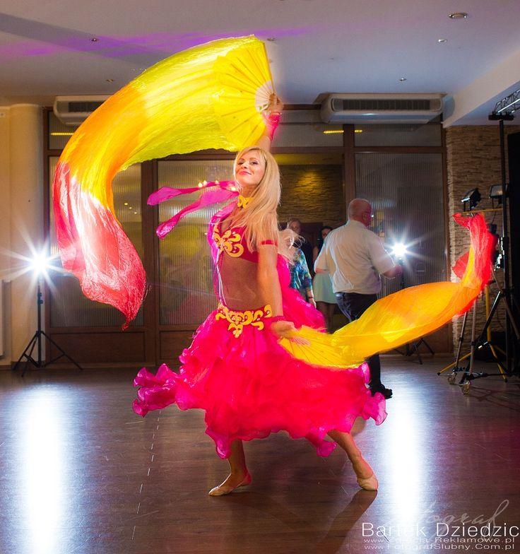 Pokaz tańca na weselu. Zdjęcia wykonane podczas imprezy weselnej.