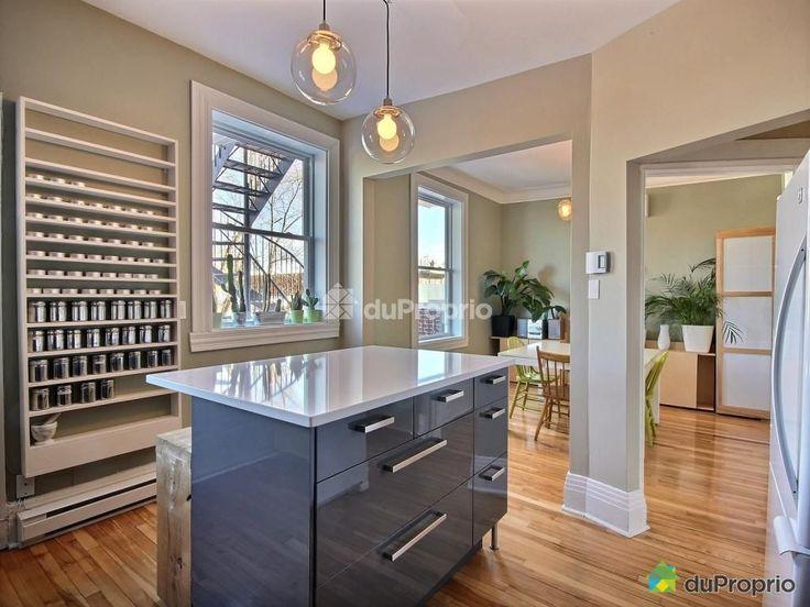 Très belle cuisine à air ouverte avec comptoirs en quartz blanc