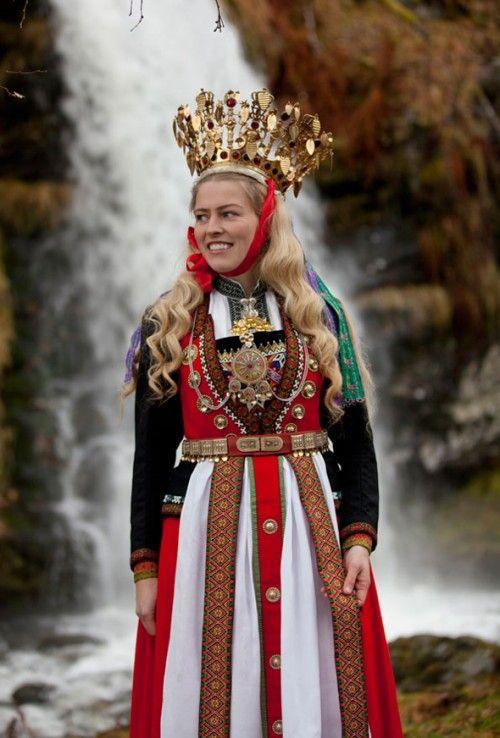 Festdräkt med krona från Hardanger Folkemuseum. (Foto Laila Durán, Scandinavian Folklore)