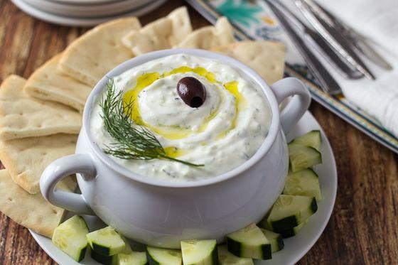 """Auténtico griego Tzatziki- primero .... Tzatziki. Este es un aperitivo griego clásico (o """"meze"""") hecha de grueso yogur tensa, pepino, ajo, aceite de oliva, y el eneldo fresco."""