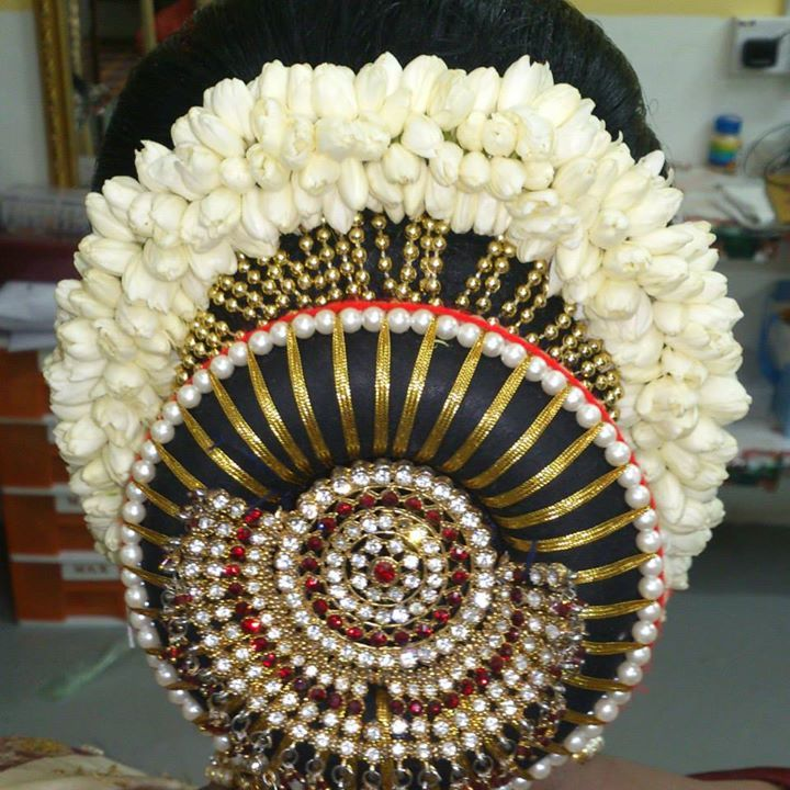 What a beautiful large low bun with real flower gajra & adornments! Care however should be taken before adopting such hairstyles, as due to it's high static charge, it will cause phlegm to move up in the throat, causing the voice to quaver & a frequent urge to clear the throat. A heavy chabi chhalla with a long & wide hook if inserted at the edge of the pleats of the saree, will reduce this problem as it's hook will activate the acupressure points that act to keep the throat clear.