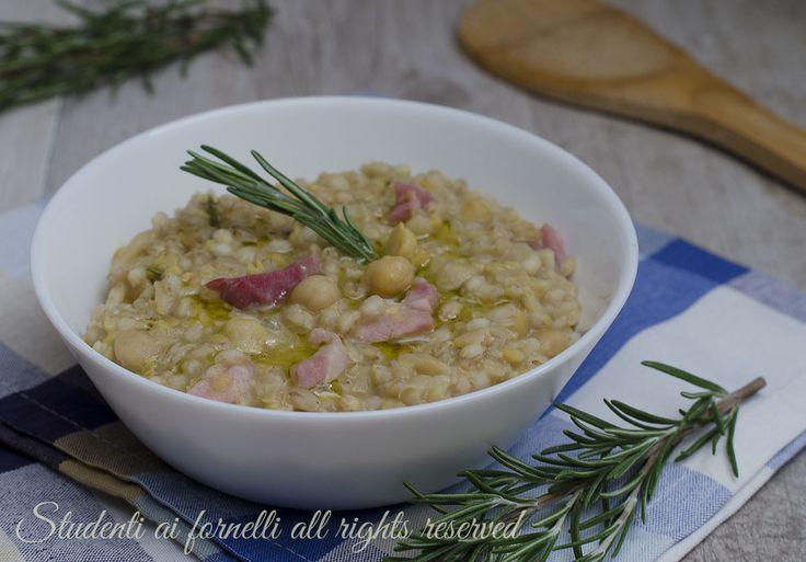 La zuppa di ceci e orzo con pancetta è un primo piatto gustoso ideale per un pranzo veloce ma sostanzioso. Ricetta facile.