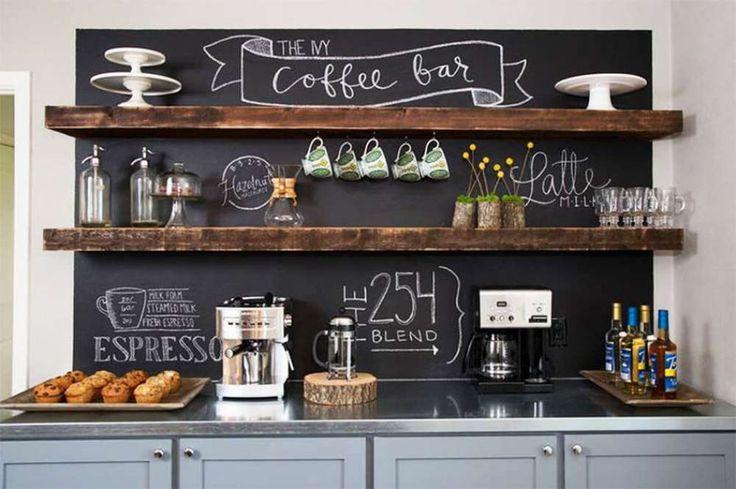 Le coin de café dans la cuisine enjolivé par une idée déco sympa avec le tableau à écrire