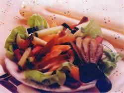 Hafif hafif beslenelim.  Pancarlı Füme Alabalık Salatası