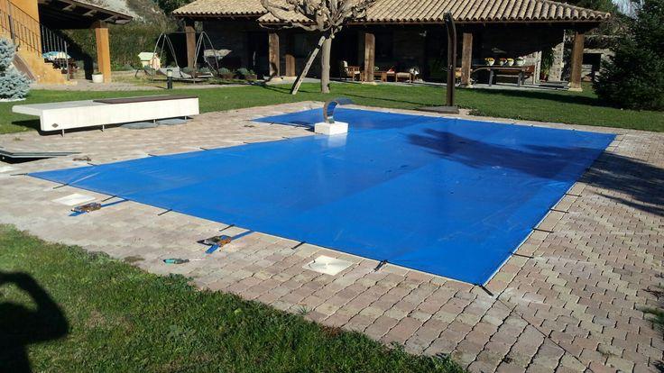 Tendal de PVC amb anclatges per a tapar pisicna a l'hivern i evitar el deteriorament de l'aigua i l'interior de la piscina.
