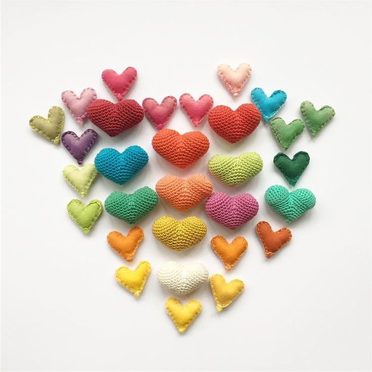 Heart of hearts! ❤️ Love yourself and you will be able to love others better!  Making all these cuties to use all my colorful bits and pieces of yarn and felt leftovers. They are perfect for decorating gifts or as a small present themselves! ..................................................................... Corazón de corazones ❤️ Quiérete a ti misma y así serás capaz de querer mejor a los demás!  Estoy haciendo estos corazoncitos (más de los que ya tenía) para usar todos los restillos…