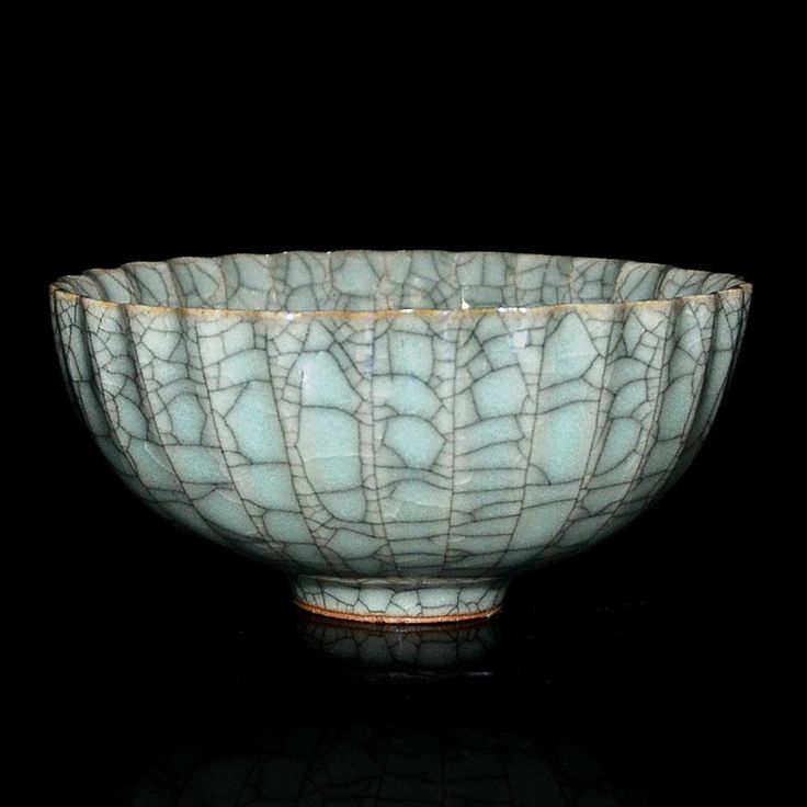Ge type bowl              51BidLive-[拟宋官窑青绿釉花口碗 A Ge-Type Bowl with Foliate Rim and Faceted Sides]
