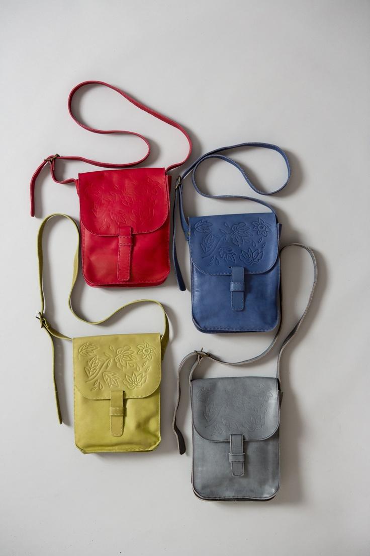 Frühjahrsmode Basic 2013 - Die Schultertasche aus pflanzlich gegerbtem Leder hat einen verstellbaren Schulterriemen und eine Musterprägung auf dem Überschlag. Sie ist in den Farben Mohn, Hellindigo, Kräutergrün und Asche erhältlich.