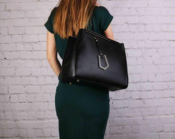 Trochu luxusu a elegance v podobě této kožené kabelky z Emotys.cz vám určitě prospěje. #emotys #emotyscz #dnesnosimcz #koženékabelky