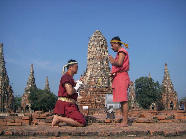 Muay Thai: deporte tailandés por excelencia, conocido también como el boxeo tailandés.  Se desarrolla de pie por medio de golpes con técnicas combinadas de piernas, brazos, pies, rodillas, y codos, además de algunos barridos, sujeciones (para golpear) y lanzamientos.