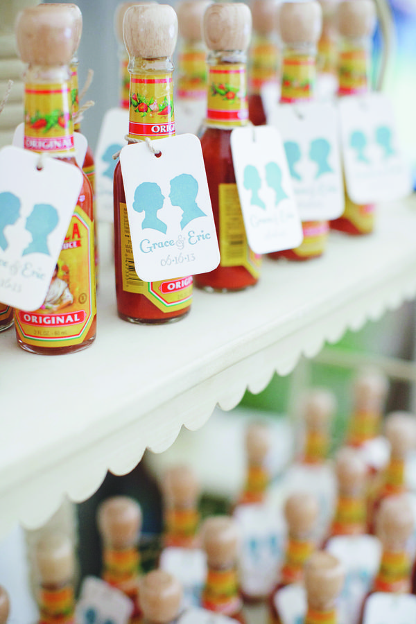 Wedding Favors your guests will love - mini hot sauce wedding favors with custom tags #weddingfavors #weddingwelcomebags