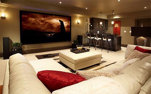 J'aime les couleurs de le sous-sol. Le sous-sol est crème et rouge. En le sous-sol, voici un sofa et un télé.