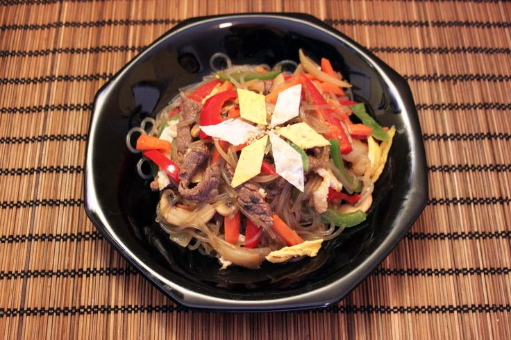 Cuisine Coréenne, la recette du Japchae Il y a plusieurs sortes de Japchae. Elles ont un rapport avec les ingédients qui accompagnent le Japchae. Le Japchae (nouilles avec des légumes) est un plat servi lors des fêtes traditionnelles coréennes.Autrefois, Le Japchaeétait un plat destiné au roi donc il garde toujours beaucoupde valeur aux yeux des…