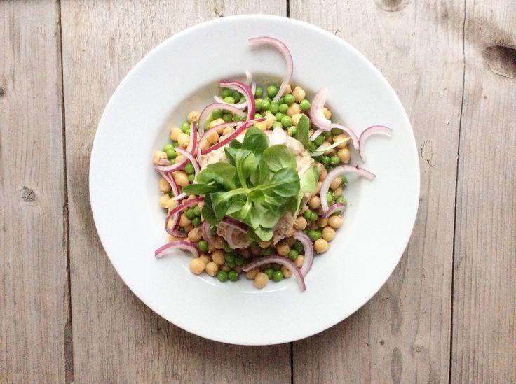 Erwtensalade met veldsla, rode ui en tonijnsalade