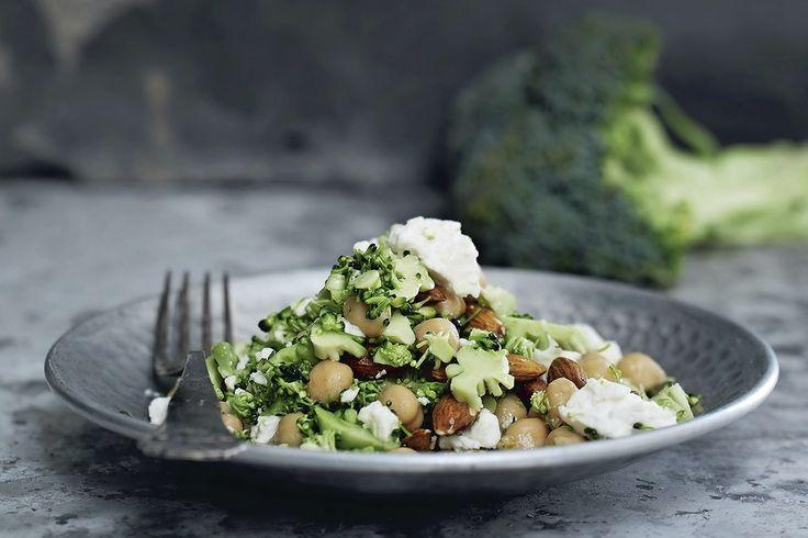 Kikærter er proppet med vitaminer og mineraler. Prøv dem i denne salat med broccoli og fetaost til din fastedag.