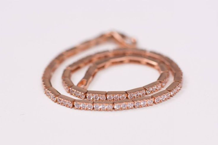 Bratara aur roz cu diamante artificiale albe, montura de diamant.