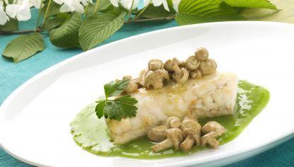 Karlos Arguiñano nos ofrece una receta muy nutritiva y saludable: merluza con setas en salsa de perejil.