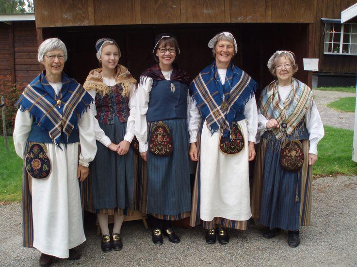 Women in dresses from Lit. Photo: Björn Groth http://www.hembygd.se/lits/files/2014/08/P8170020.jpg