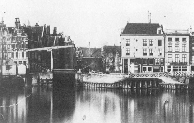 Open Havenfront and Prins Hendrikkade 25-29. In the middle the Old Haarlemmersluis and behind it the Martelaarsgracht before it was filled in. 19th  century picture.