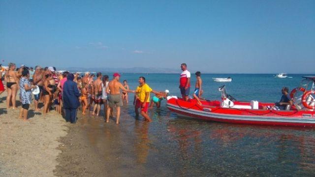 Balıkesir'in Ayvalık ilçesinde Denizde Sürüklenen Baba Kızı İtfaiye Kurtardı | Körfez Haber 10