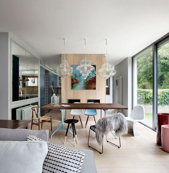muebles comedor, grande salón con rincón para comer, lámparas modernas, mesa de madera y sillas en diferente estilo y colore