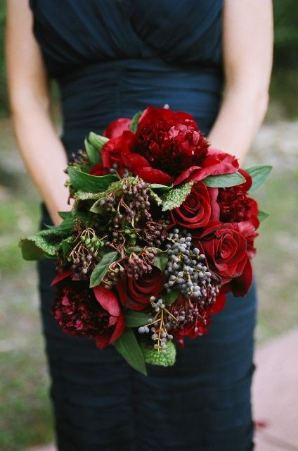 red bouquet by Sasha Souza Events (no weddings in the near future but I like this for a winter flower arrangement)