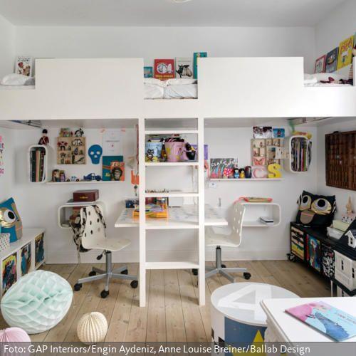 Ein Hochbett ist platzsparend und eröffnet viele Möglichkeiten zum Spielen.In diesem modernen Kinderzimmer erinnert die Form des Hochbettes an eine Burgmauer, die die Fantasie der Kinder anregt. Unter dem Hochbett haben gleich zwei Kinder Platz am Schreibtisch.