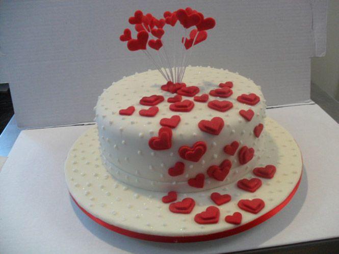 Bolos decorados artísticos com Flores, Laços, listras, personagens, Princesas, Minions, Galinha Pintadinha são as decorações de bolo mais procuradas.