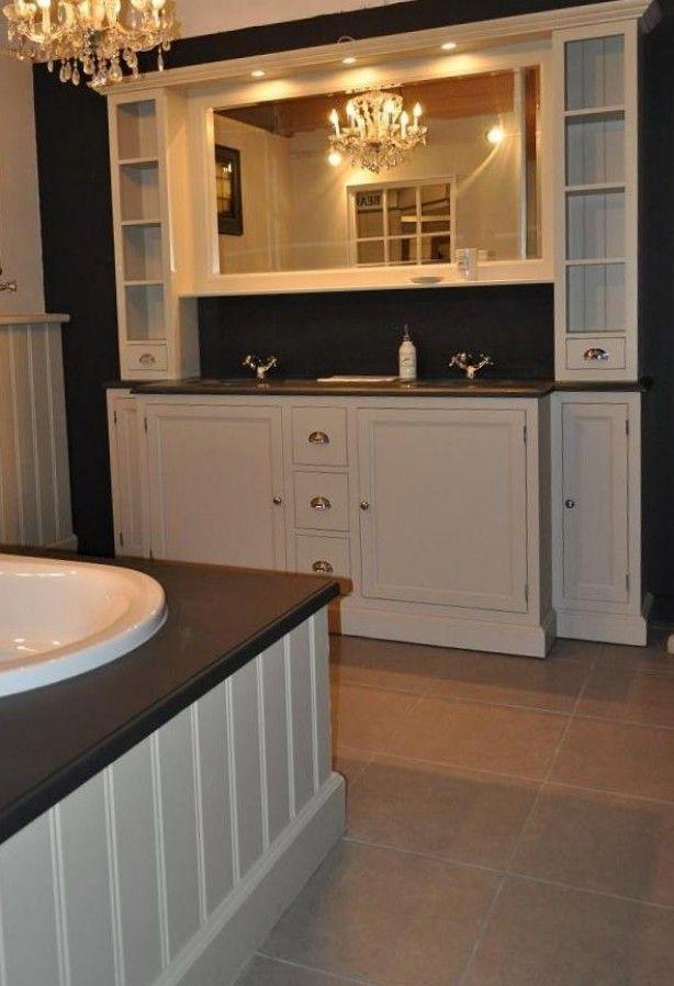 Landelijk badkamer meubel van echt hout in taupe kleur Van Heck Traditional 220 cm te verkrijgen bij Experience store Van Heck Belgie. info@vanheckbadkamers.be