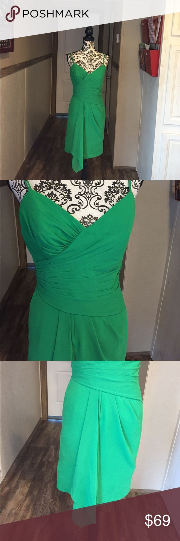 Alfred Angelo Kelly Green Cocktail Dress Alfred sung. No size can be found but fits my mannequin like a size 8-10. Ask for measurements. Lined. Chiffon like overlay. Double straps. Zipper in back. Kelly green. Never worn. Alfred Angelo Dresses Midi