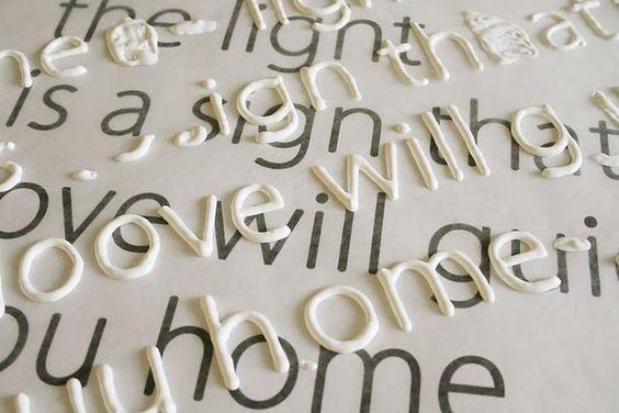 Imprimir la fuente que deseas y papel encerado, trazas letras con pintura hinchada, deje secar y luego utilice Cola plastica para obtener frases en telas.